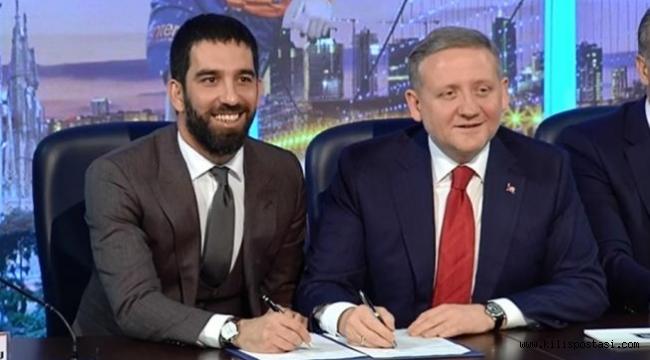 Arda Turan M.Başakşehir'e imza attı