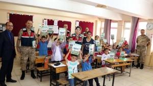 Kilis'te Jandarmadan Çocuklara Armağan