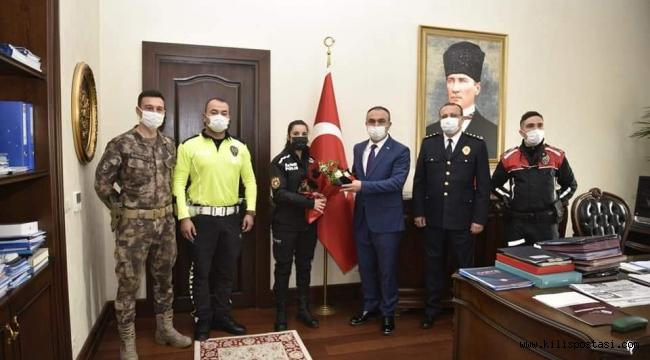 Polisler Vali Soytürk'e Çiçek Sundu